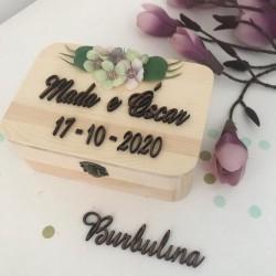 Caja de madera con nombres y fecha de boda